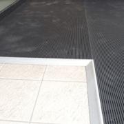 Tapis antidérapants pour sécuriser de nombreux accès & cheminements : Immeubles de bureaux, industries, espaces publics ou commerciaux, quais, toitures
